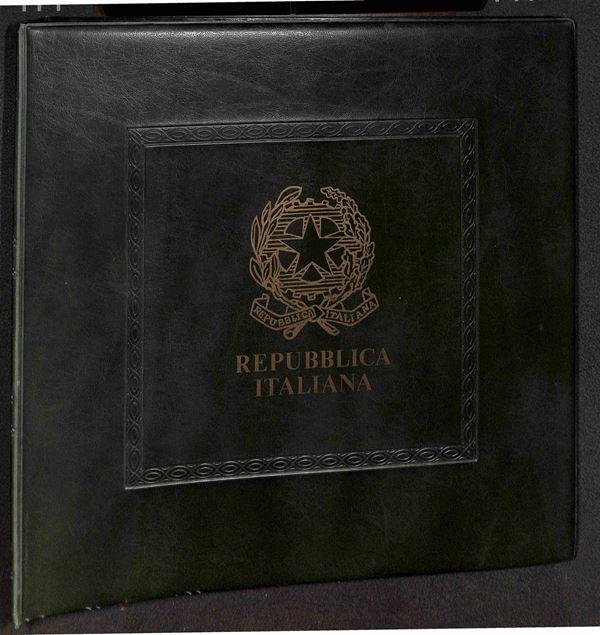 MATERIALE FILATELICO - Album Abafil 22 anelli Repubblica con pagine + almanacco 2005/2006 - buone condizioni